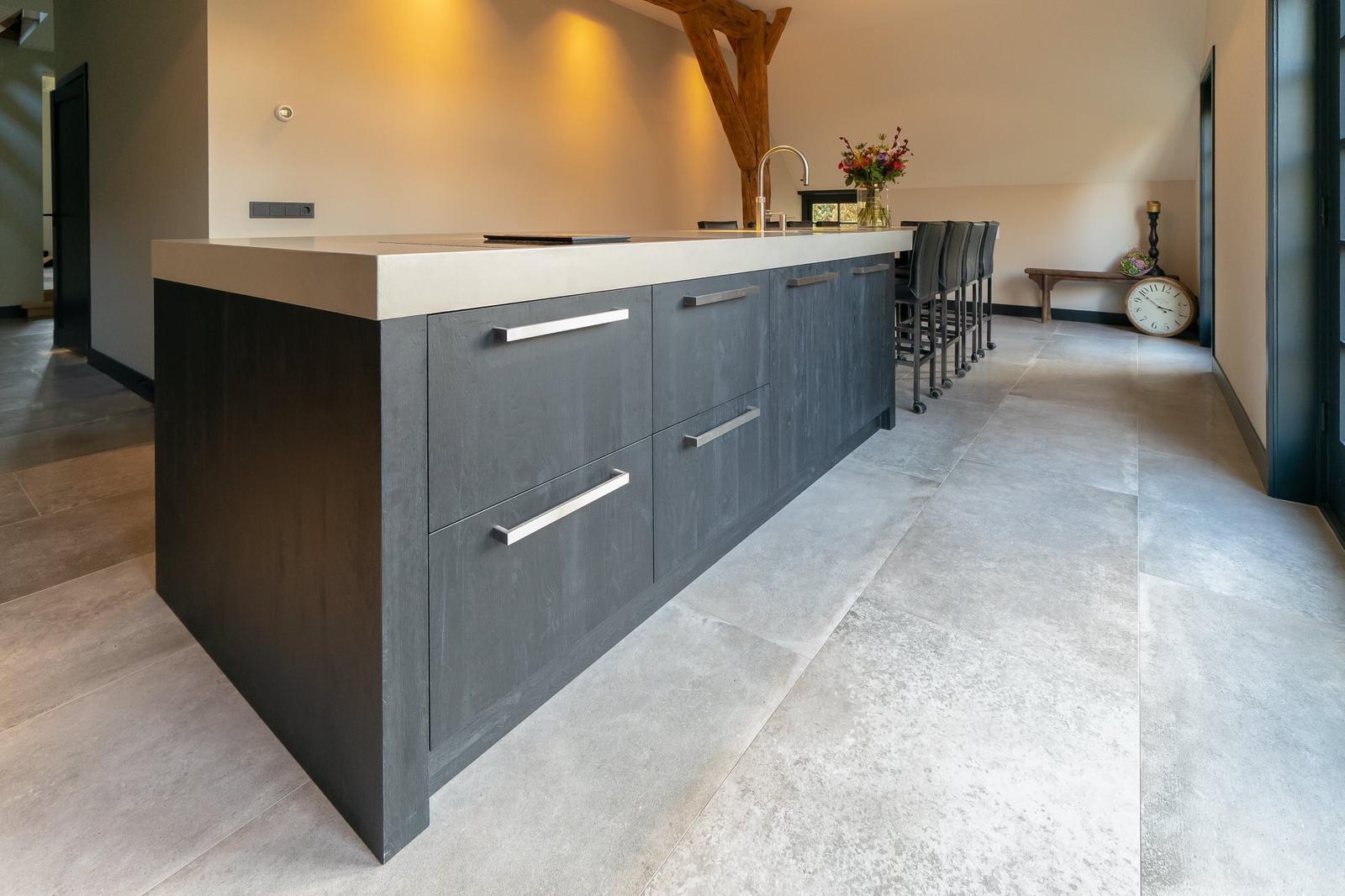 Betonlook keukens en werkbladen stucmeesters